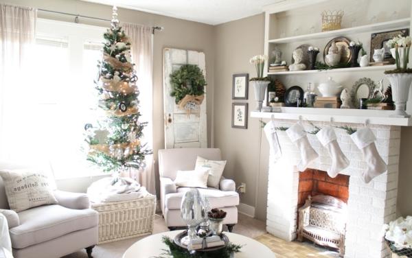 weiße weihnachtsdeko - im wohnzimmer mit einem schönen kamin und einer weißen couch