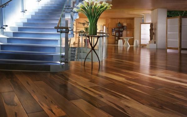 Parkett-in-schöner-Farbe-im-Wohnzimmer-moderne-Treppen