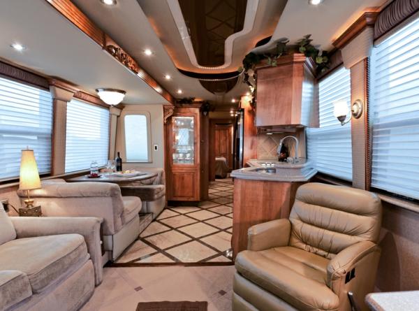 Wohnmobil-mit-Luxus-Design-Reisemobil-Interior-Design-Idee