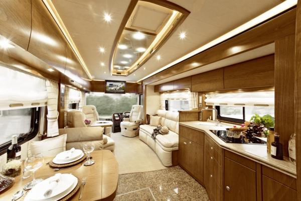 Reisemobil_Salon+Dinette_Leder_Kirschbaum_Granit_ausfahrbarer_Wohnraumerker