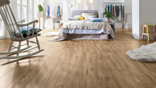 Schlafzimmer-mit-schönem-Bodenbelag-Laminat