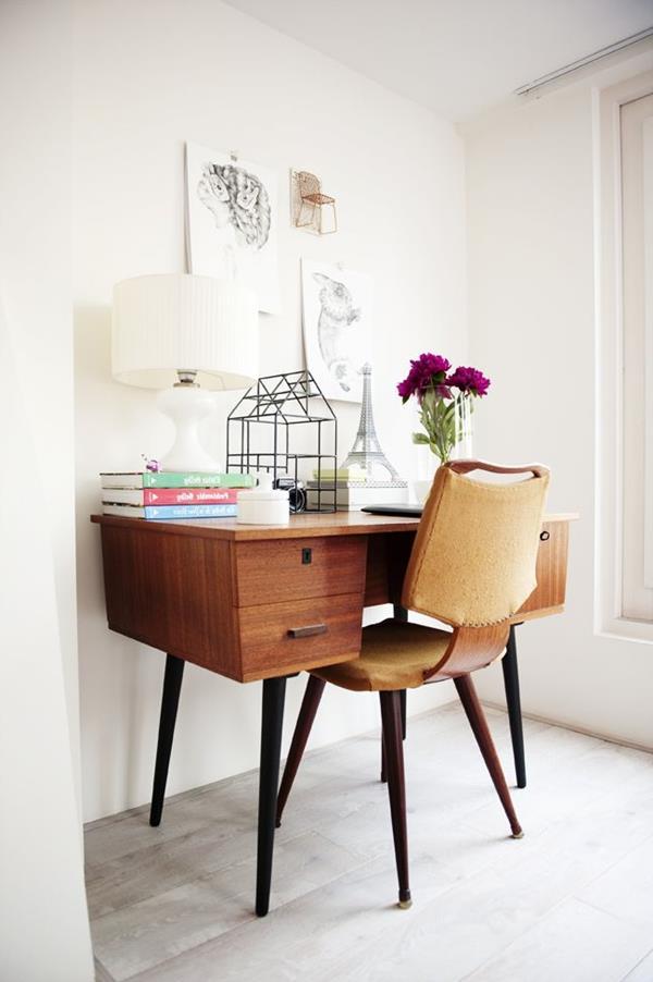 Schreibtisch-aus-Holz-und-weiße-Wand