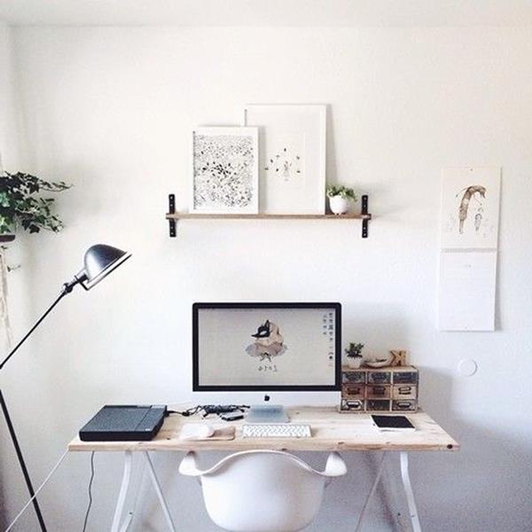 Schreibtisch-tolle-Lampe-weiße-Wand