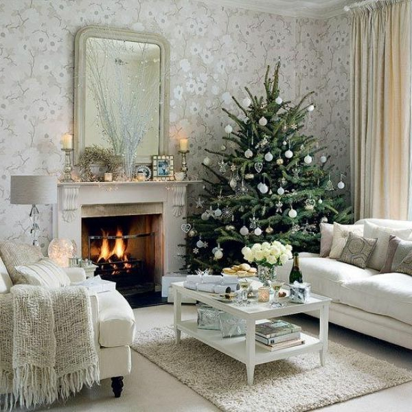 weiße weihnachtsdeko - weißes sofa und ein tannenbaum daneben