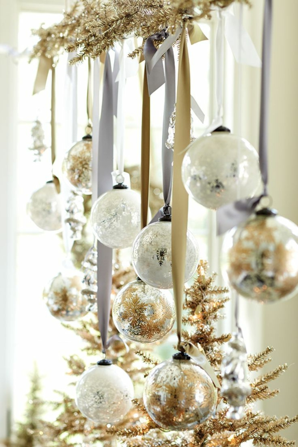 Silvester-Deko-mit-glänzenden-Bällen-Deko-Silvester