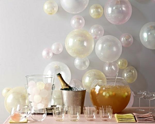 Silvester-Dekoration-mit-vielen-weißen-Ballons