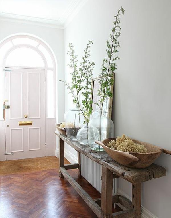 Sitzbank-aus-Holz-für-einen-tollen-Flur-rustikaler-Stil