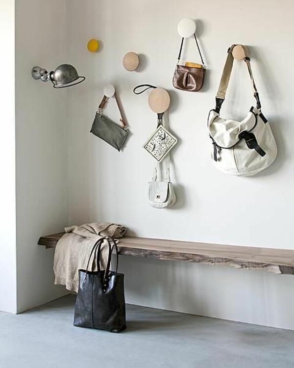 Sitzbank-für-den-Flur-mit-tollem-Design-und-Kleiderhaken