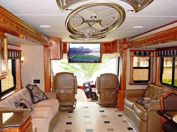 Sofas-und-Ledersessel-in-dem-Wohnwagen-Wohnmobil-kaufen