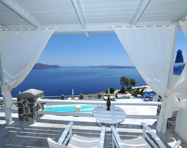 Terrasse-in-Santorini-Griechenland