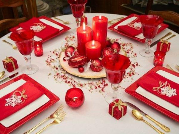 Tischdeko-zum-Weihnachten-mit-wunderschönen-Dekorationen-in-Weiß-und-Rot