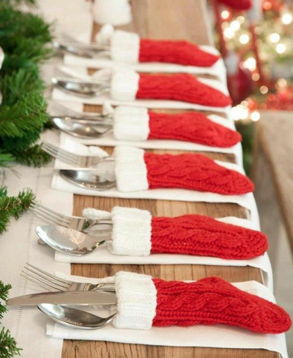 Tischdeko-zum-Weihnachten-mit-wunderschönen-Dekorationen-mit-roten-Strümpfen