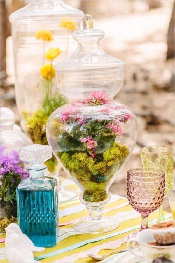 Vintage-Hochzeit--fantastische-Blumendeko-für-Tisch-