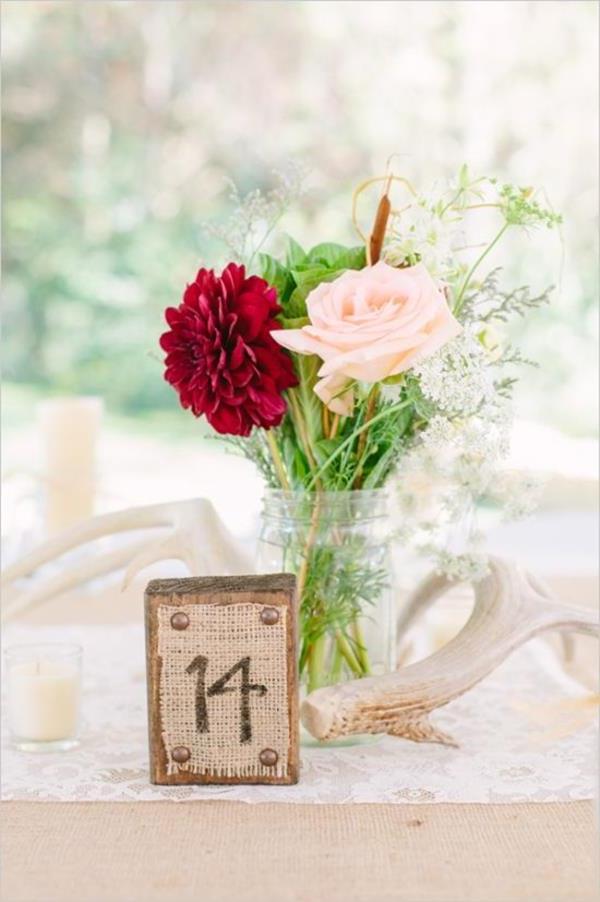 Vintage-Hochzeit-fantastische-Blumendeko-für-Tisch