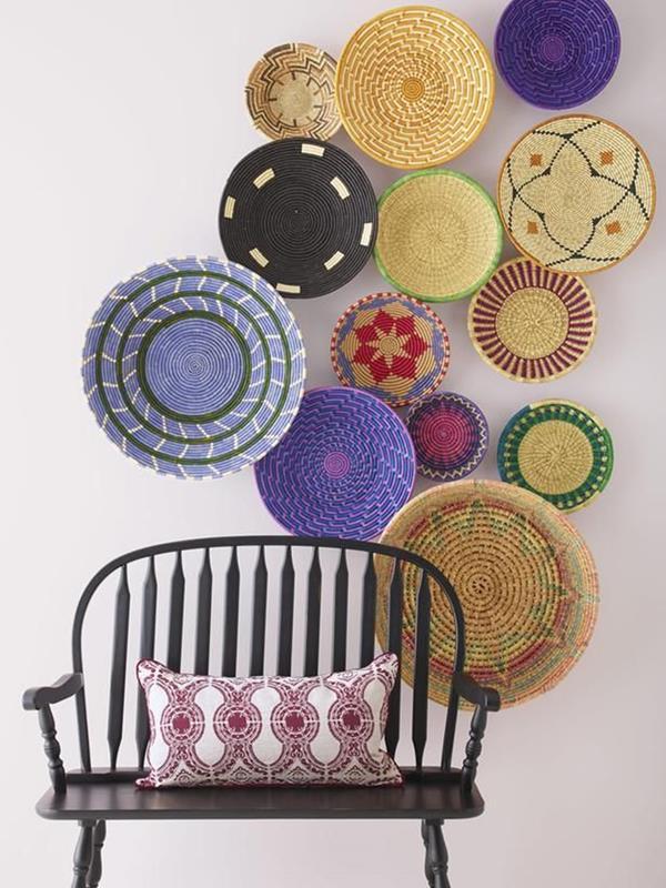 Wandgestaltung-Wohnzimmer-schöne-Interior-Design-Ideen-mit-bunten-Tellern