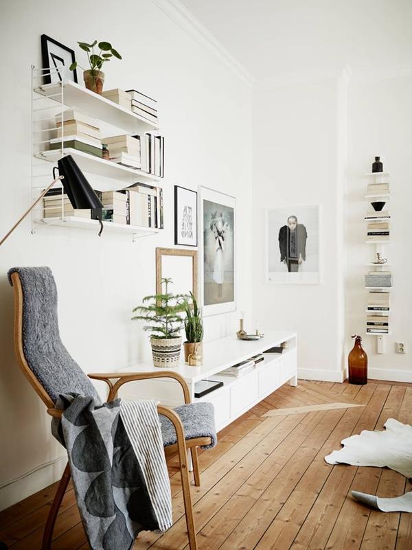 Wandgestaltung-fürs-Wohnzimmer-in-Weiß-mit-Parkett