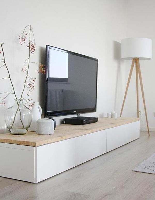 Wandgestaltung-fürs-Wohnzimmer-in-Weiß-tolle-Lampe