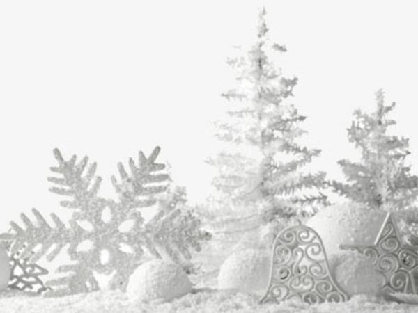 weiße weihnachtsdeko - schneeflocken neben tannenbäumen