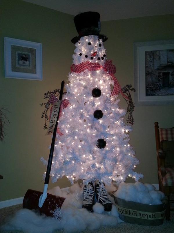 weiße weihnachtsdeko - schneemann-tannenbaum, der leuchtet