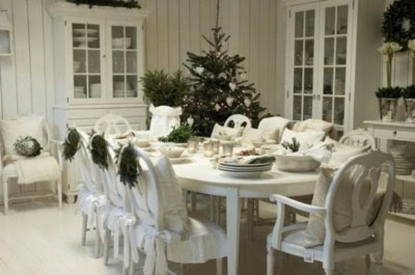 weiße weihnachtsdeko - im großen eleganten esszimmer