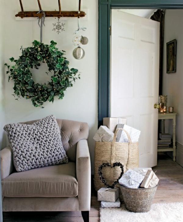 weiße weihnachtsdeko - weißer sessel und ein grüner kranz darüber