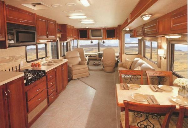 Wohnmobil-mit-Luxus-Design--Wohnmobil-gebraucht-mit-Küche-und-schöner-Möbelierung