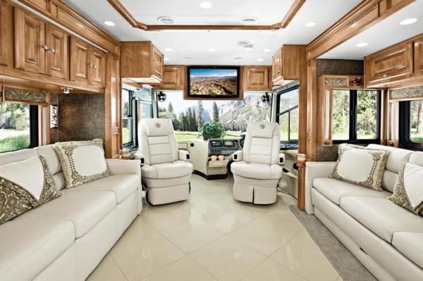 Wohnmobil-gebraucht-weiße-Ledersofas-und-Holzschränke-Wohnmobil-mit-Luxus-Design-