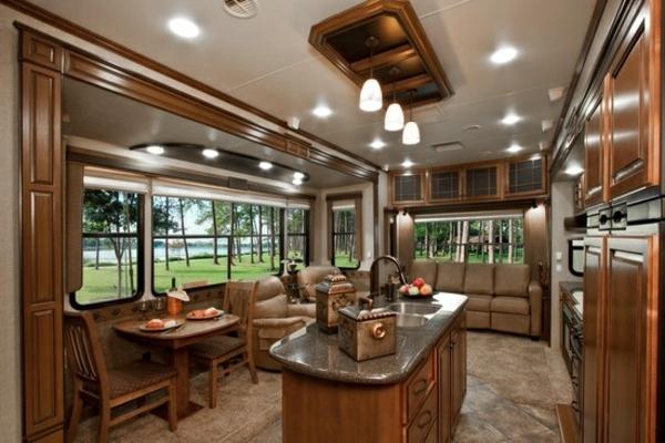 Wohnmobil-mit-Luxus-Design---