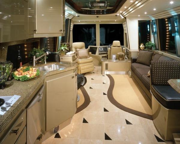 Wohnmobil-mit-Luxus-Design-Wohnwagen-mieten
