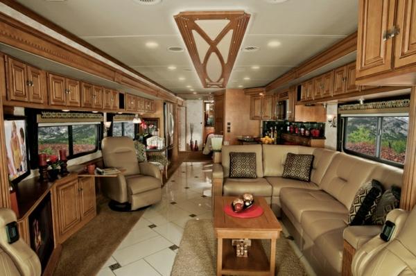 Wohnwagen-gebraucht-mit-Holzmöbel-und-Sofas-Wohnmobil-mit-Luxus-Design-