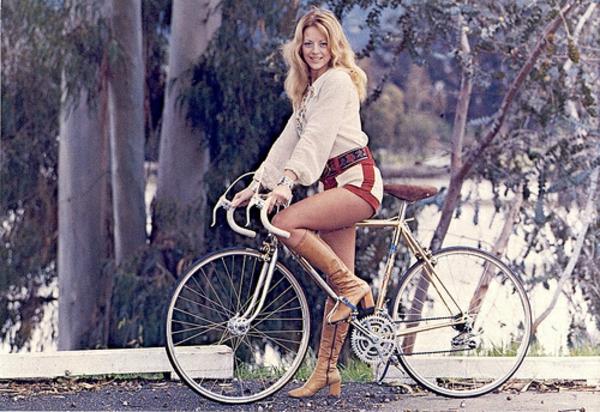 auffälliger retro fahrrad und eine junge frau darauf