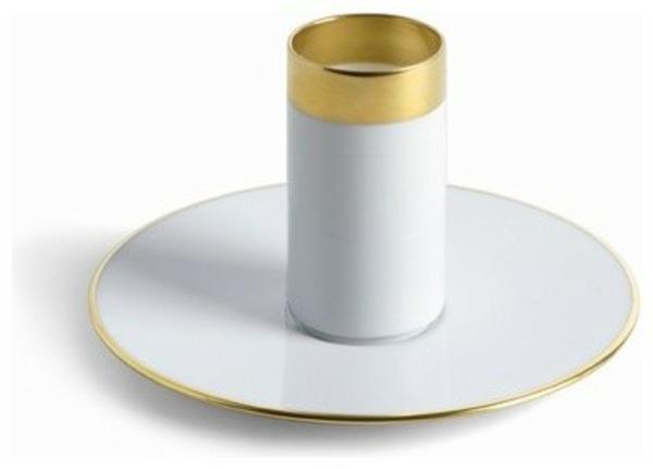 auffälliges-modell-von-espressotasse- hintergrund in weiß