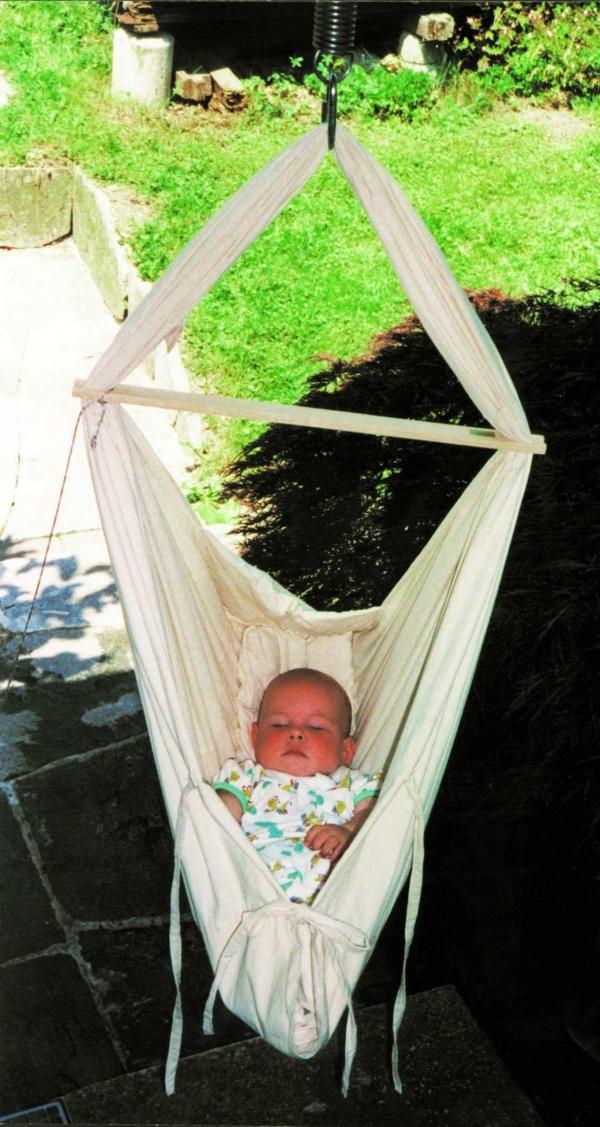 baby-hängematte-draußen-gehängt