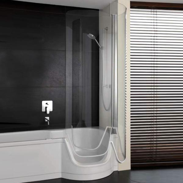 badewannen-mit-duschzone-badezimmer-mit-schwarzen-wänden-und-schicken-jalousien