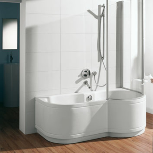 badewannen-mit-duschzone-interessante-form-und-weiße-farbe