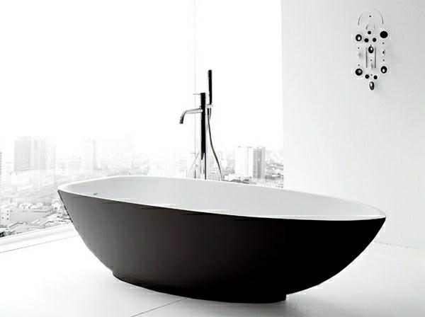 badewannen-mit-duschzone-schwarz-und-weiß-zusammenbringen