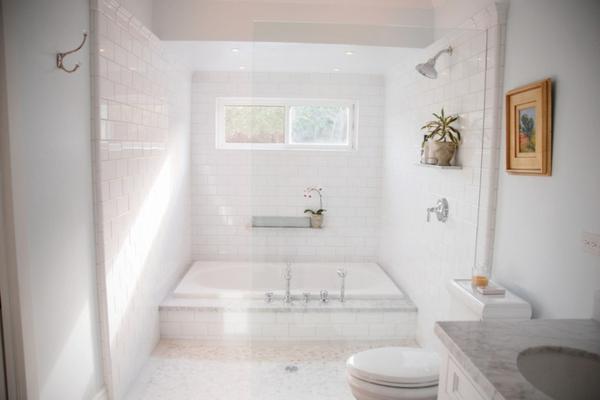 badewannen-mit-duschzone-weiße-badezimmer-gestaltung