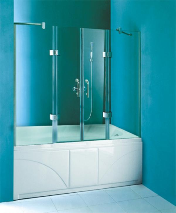 badewannen-mit-tür-im-bad-mit-blauen-wänden