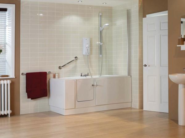 badewannen-mit-tür-im-großen-badezimmer