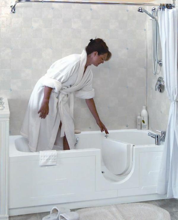 badewannen-mit-tür-im-super-weißen-bad
