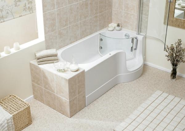 badewannen-mit-tür-im-weißen-badezimmer
