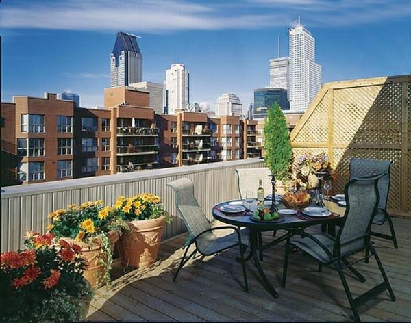 balkon-möbel-idee-holz-bodenbelag-dach