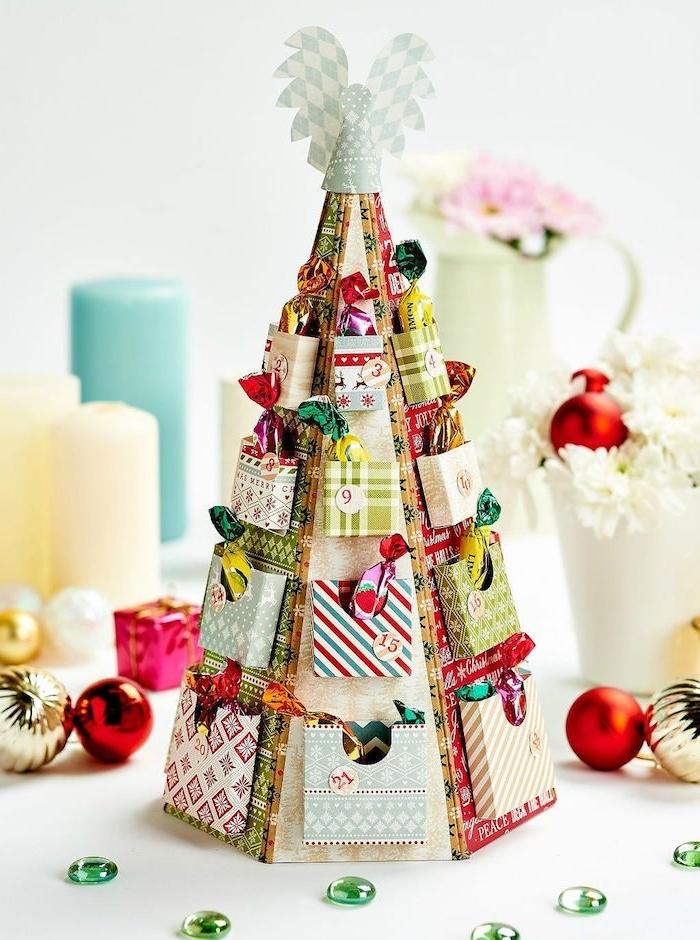 DIY Adventskalender in Form von Weihnachtsbaum, Engel auf der Spitze, Süßigkeiten hinter kleinen Türchen