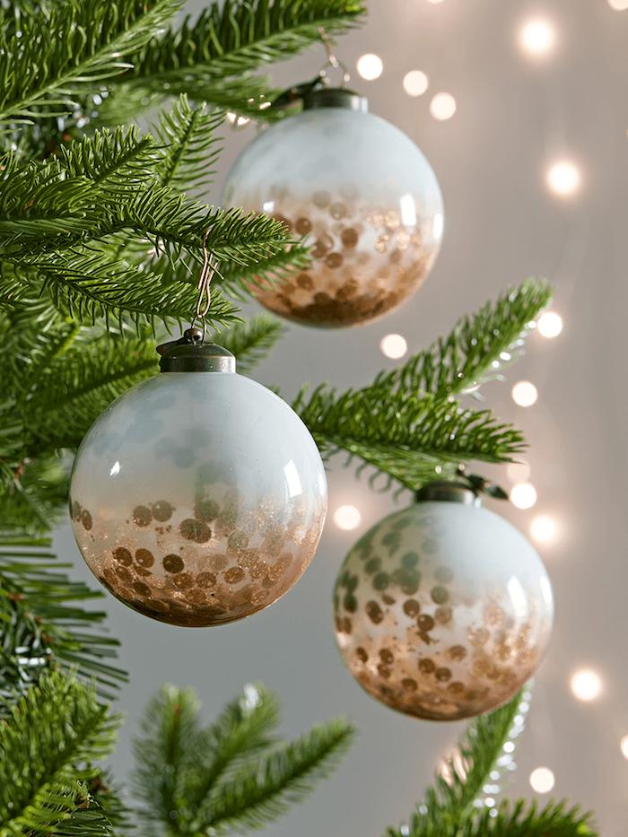 DIY Ideen für einzigartigen Weihnachtsschmuck, durchsichtige Christbaumkugeln mit goldenen Pailletten füllen