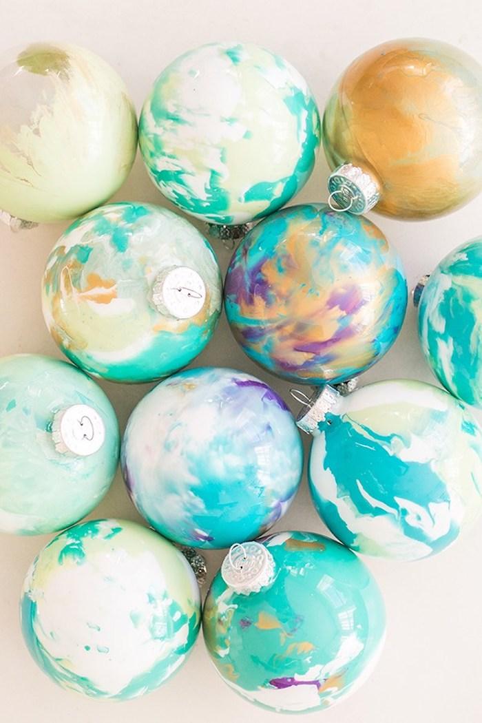 Marble Christbaumkugeln selber machen, mit Nagellack dekorieren, DIY Ideen für einzigartigen Christbaumschmuck