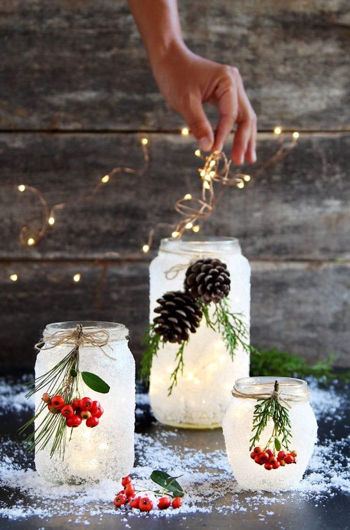 DIY Weihnachtsdeko Ideen, Windlichter selber machen aus Einmachgläsern, mit künstlichem Schnee besprühen, mit Mistel und Zapfen verzieren, Lichter darin stecken