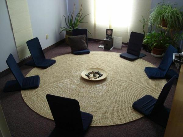 beige-runder-teppich-im-zimmer-mit-schicken-schwarzen-stühle-im-kreis