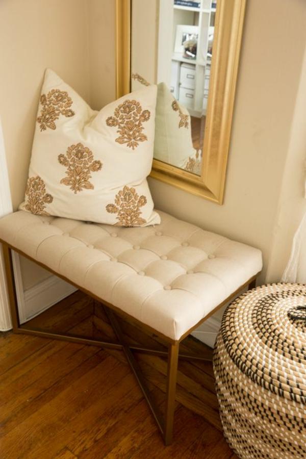 -bequeme-Sitzbank-aus-Holz-für-einen-tollen-Flur