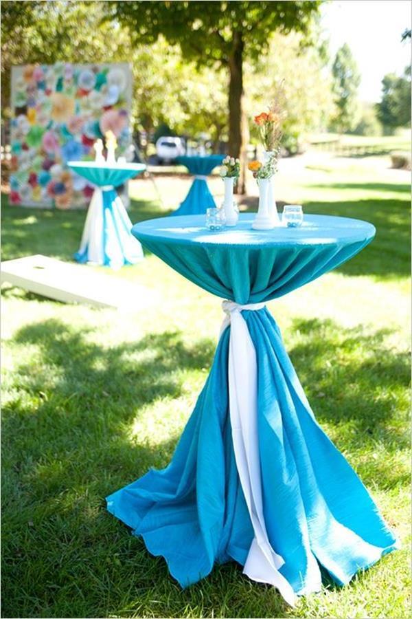 blaue-Decke-auf-dem-runden-Tisch-Hochzeitsideen-für-eine-unvergessliche-Hochzeit-Tischdeko