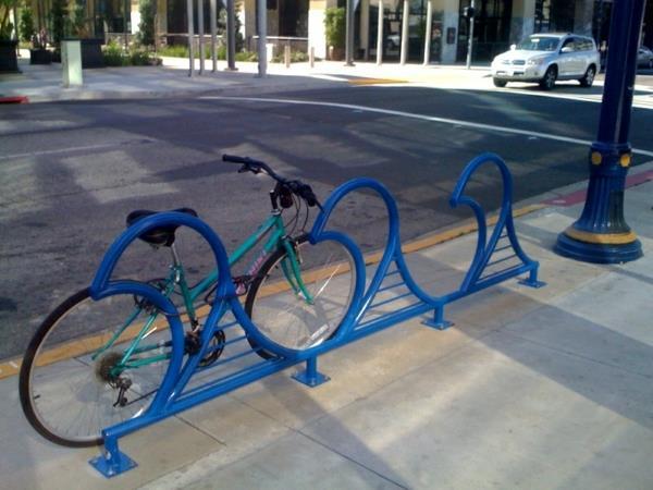 blaue-Fahrrad-Ständer-aus-Metall
